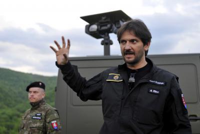 TASR/VLADIMÍR BENKO. Minister vnútra SR Robert Kaliňák na kopci Kružiky nad obcou Beňatina vysvetľuje použitie mobilnej termokamery s dosahom až 10 kilometrov.